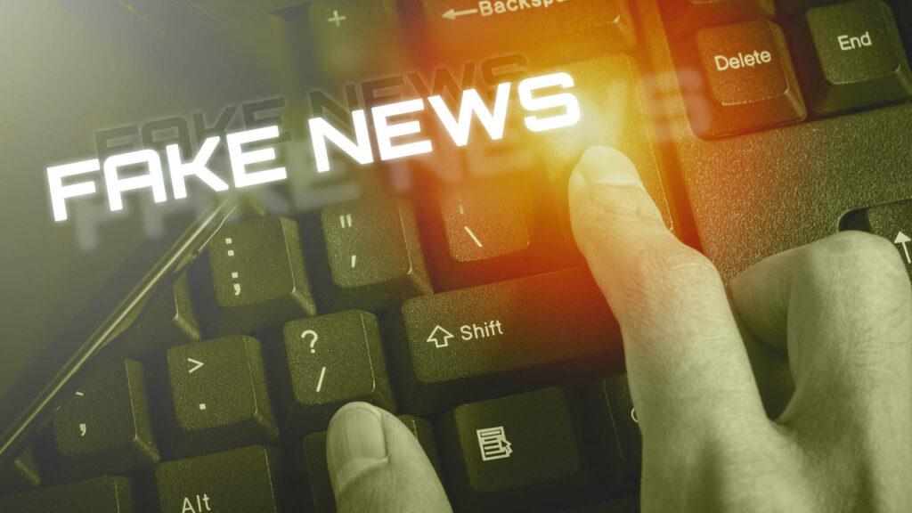 Do boje s klamavými zprávami se nedávno zapojil i Facebook nebo Twitter