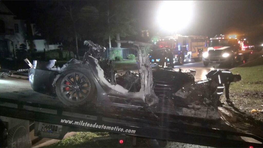 Muži se zabili v Tesle, když zkoušeli autopilota